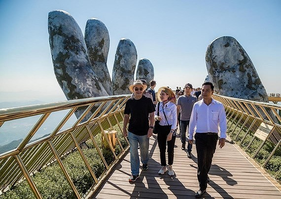 The billionaire walks in Golden Bridge (Photo: SGGP)