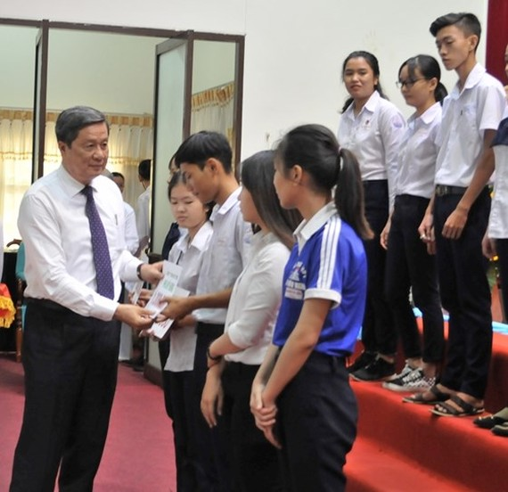 250 scholarships given to good, poor students in Can Tho