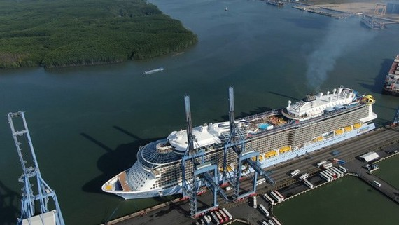 Spectrum of the Seas owned by Royal Carribean International Shipping Company (USA) docks at Phu My port (Source: http://vietnamfriendship.vn)