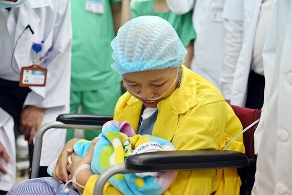 The touching reunion of the brave mom and her son (Photo: SGGP)