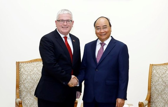 Prime Minister Nguyen Xuan Phuc (R) and Australian Ambassador Craig Chittick (Photo: VNA)