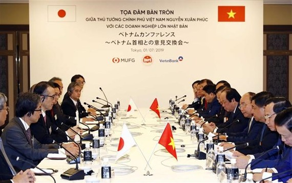 PM Nguyen Xuan Phuc has a round-table talk with Japan's leading corporations on July 1. (Photo: VNA)
