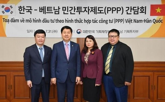 RoK Deputy Minister of Finance Koo Yun-Cheol (second, L) and Vietnamese Deputy Minister of Planning and Investment Nguyen Duc Trung (L) at the meeting (source: Yonhap)