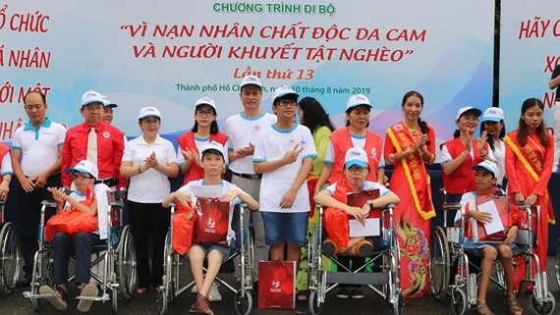 Deputy Party Secretary Vo Thi Dung gifts AO victims (Photo: SGGP)