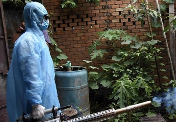 A medical worker sprays chemical to kill mosquiots and its larva (Photo: SGGP)