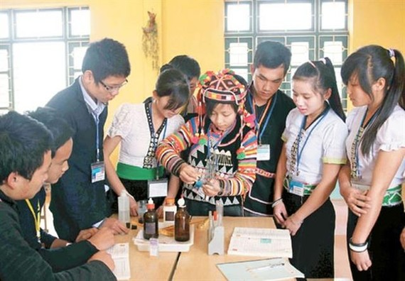 Ethnic minority students in northern mountainous Cao Bằng Province conduct a science experiment. — VNA/VNS Photo