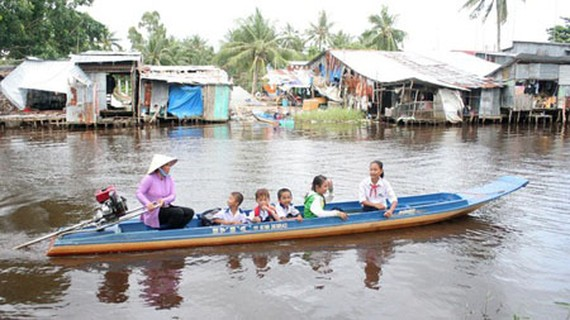 Students in the Mekong Delta are traveling to school. (Photo by SGGP)