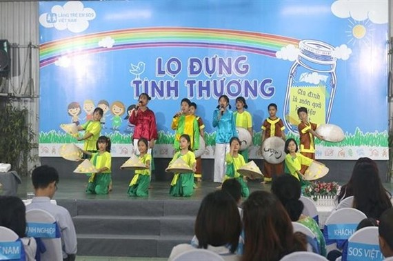 Children at SOS Children's Villages Vietnam in Go Vap district dance during the launching ceremony of the fundraising campaign Lo Dung Tinh Thuong (Love-Filled Jar) in HCM City on September 13. (Photo: VNA)