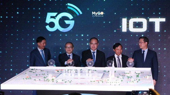 Leaders of HCMC, the Ministry of Information and Communications, Viettel are pressing the button to formally launch the 5G telecoms network in the city. (Photo: SGGP)