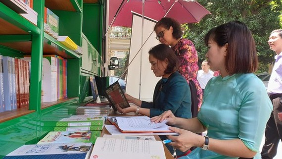 Teachers in distant areas enjoy reading books of the mobile libraries (Photo: SGGP)