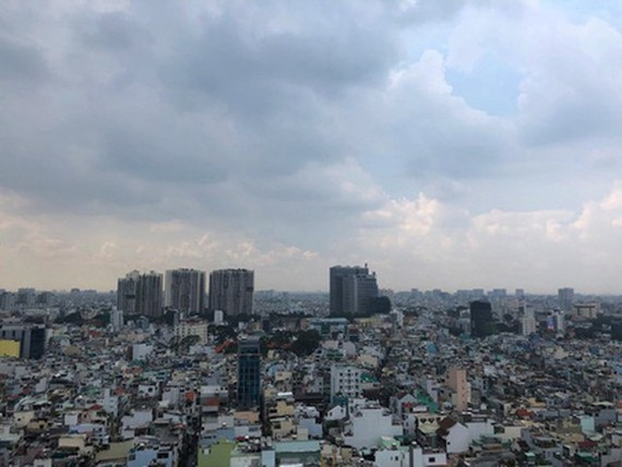 The cloudy and dusty sky of HCMC on September 23. (Photo: SGGP)