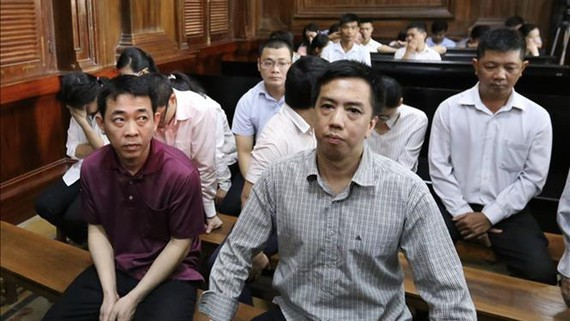 Nguyen Minh Hung, VN Pharma Chairman and General Director ( L) and Vo Manh Cuong at the court (Photo: VNA)