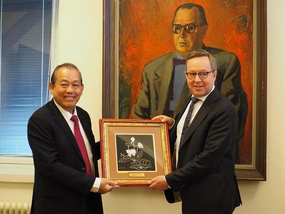 Permanent Deputy Prime Minister Truong Hoa Binh (L) and Acting Deputy PM of Finland Mika Lintila (Photo: VNA)