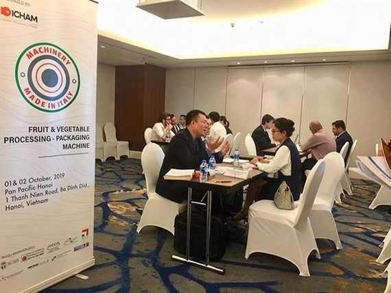 """Italian and Vietnamese companies exchange information at the B2B meeting during the event """"Machinery Made in Italy"""" in Hanoi (Photo: VNA)"""