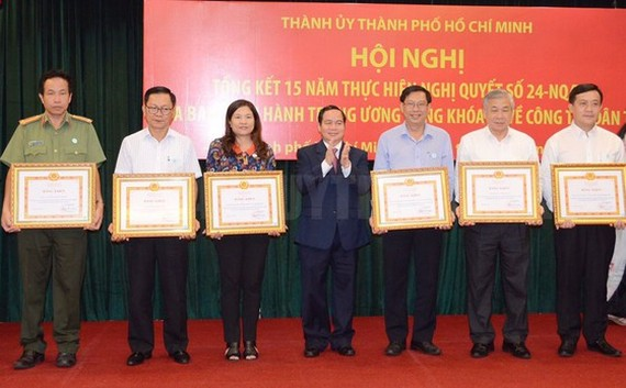 Permanent Vice Chairman Dieu K're gives certificates of merit to individuals who have done their task well (Photo: SGGP)