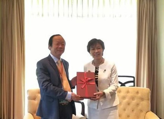 Vietnamese Deputy Minister of Natural Resources and Environment Vo Tuan Nhan and Japan's state minister of the environment Yukari Sato. (Photo: VNA)