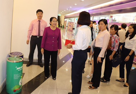 Deputy Secretary of the HCMC Party Committee Vo Thi Dung is investigating the status of implementing garbage sorting in an urban area. (Photo: SGGP)