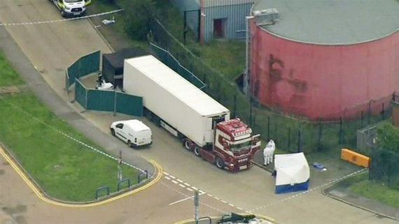 The trailer carrying 39 corpses is discovered in Essex (Photo: AP/VNA)