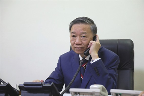 Gen. To Lam (centre), Politburo member and Minister of Public Security, holds telephone talks with Home Secretary of the UK Priti Patel on October 30 (Photo: SGGP)