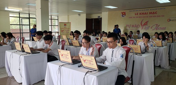 Students of Hanoi-based Amsterdam school for the Gifted register for the competition (Photo: SGGP)