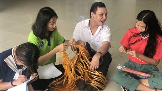 Phan Tich Thien and his friends in a teamwork (Photo: SGGP)