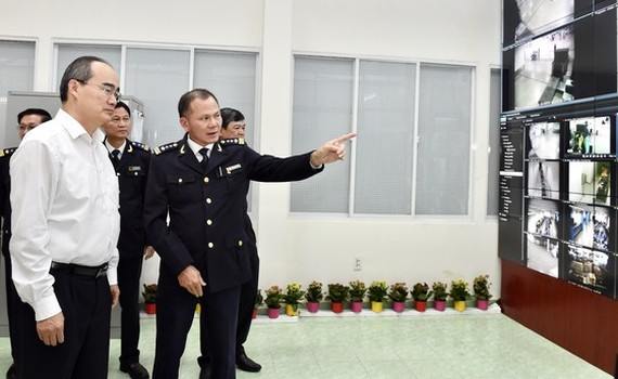 Party Chief Nhan visits the Vietnam Customs (Photo: SGGP)