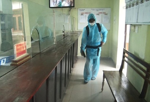 A medical workers sprays chemicals to kill mosquito (Photo: SGGP)