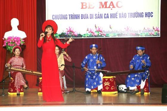 Teachers perform Ca Hue (Photo: SGGP)