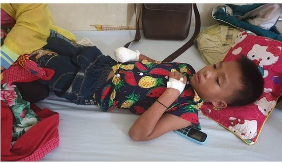 Tha nine year  old boy at the hospital with amputated hand (Photo: SGGP)