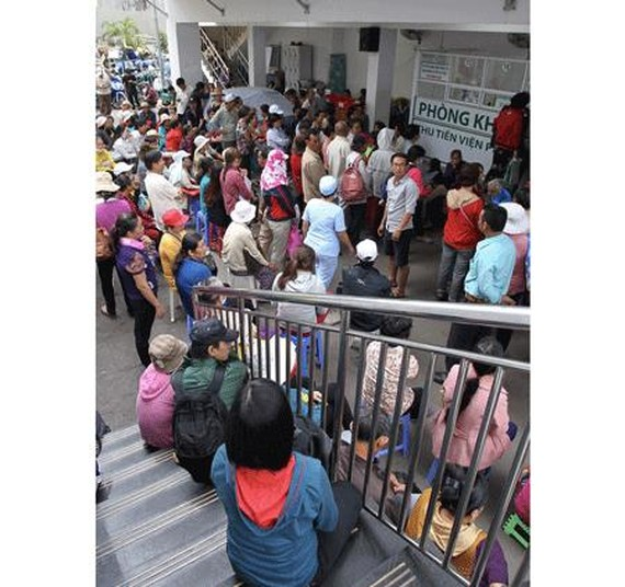 Patients wait for their turn to see doctor in the Ho Chi Minh City Tumor Hospital (Photo: SGGP)