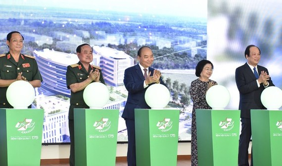 Prime Minister Nguyen Xuan Phuc (centre) attends the inauguration ceremony for the trauma and orthosis institute under Military Hospital 175 (Photo: SGGP)