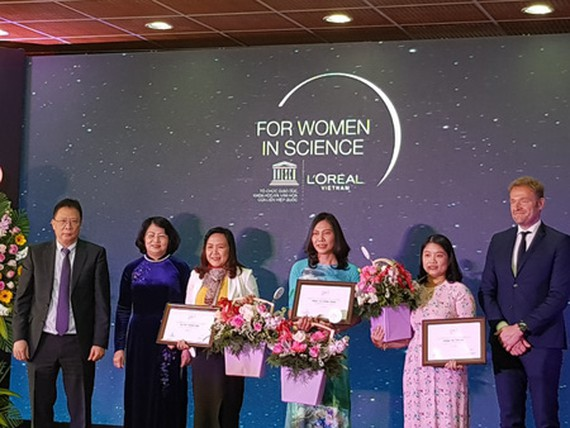 Vice President of Vietnam Dang Thi Ngoc Thinh delivered awards for the 3 female scientists. (Photo: SGGP)