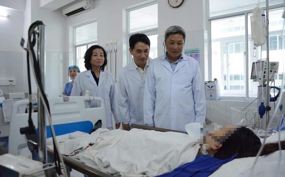 Health leader in Da Nang pay visit to Nguyen Thi Huyen (Photo: SGGP)