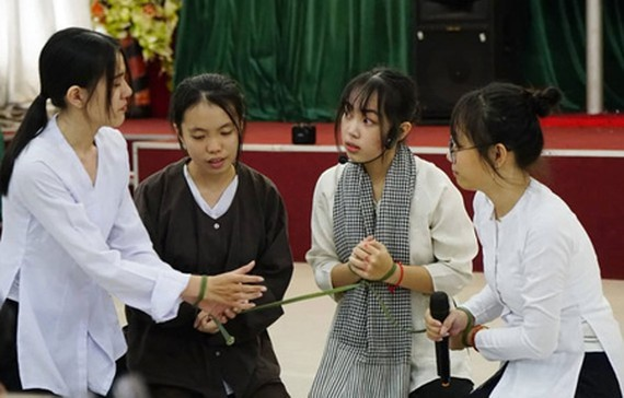 The twelfth graders of Luong The Vinh High School are acting out a history lesson. (Photo: SGGP)