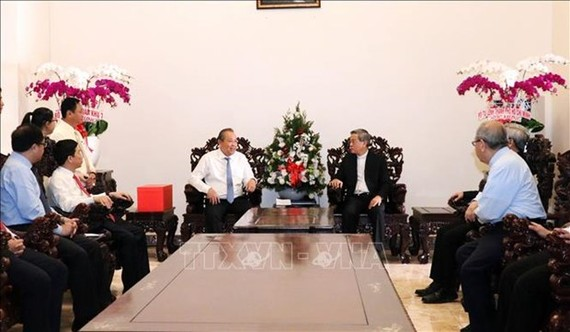 Deputy Prime Minister Truong Hoa Binh (L) and Archbishop of the Ho Chi Minh City Archdiocese Nguyen Nang (Source: VNA)