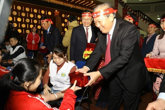 Permanent Deputy Prime Minister Truong Hoa Binh visits donors during of the Chu nhat Do (Red Sunday) blood donation festival at the Hanoi University of Science and Technology on Sunday. — Photo tienphong.vn