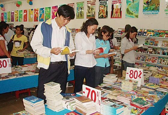 Book readers at a book fair (Photo: SGGP)