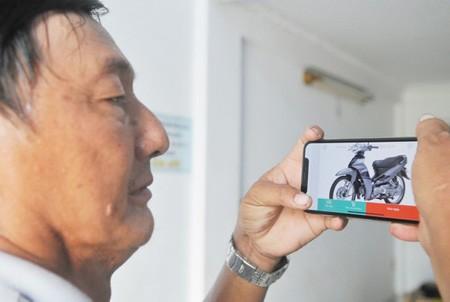 An Internet user is choosing a scooter on an online website. (Photo: SGGP)