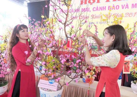 Employees of a company are decorating to welcome Tet holiday (Photo: SGGP)