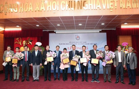 Representatives of scientific researchers, teams, and individuals received the certificate of honor in the event to announced the top 10 scientific-technological events in Vietnam