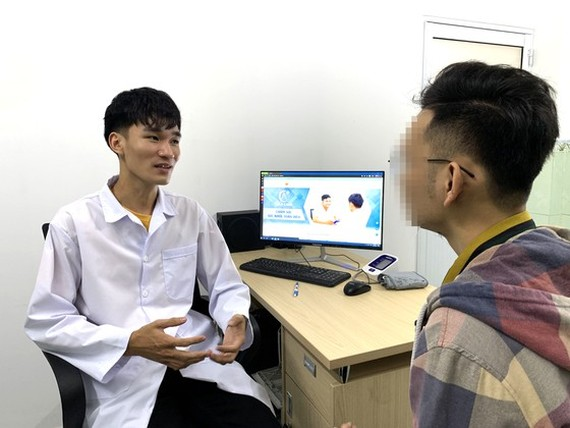 An employee of PK Alocare consults a man with HIV (Photo: SGGP)