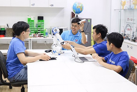 Hoang Trung Hieu (second from the left) is working with his research team in the Vietnam National University HCMC – University of Science. (Photo: SGGP)