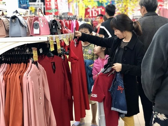Consumers shop at a supermarket in Thua Thien-Hue province. (Photo: VNA)