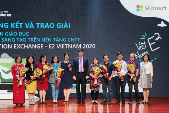 Three winning teachers are honored at a ceremony (Photo: SGGP)