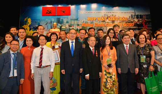 Secretary of HCMC Party Committee Nguyen Thien Nhan and other leaders of HCMC attended the meeting with the overseas Vietnamese. (Photo: SGGP)