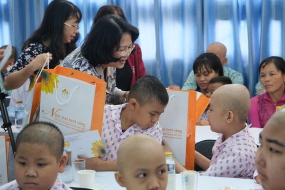 Vice President gifts poor cancer child patients in HCMC (Photo: SGGP)