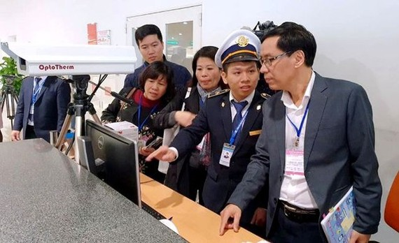 A delegation from the Ministry of Health inspects nCoV prevention operations in Noi Bai Airport on November 21 (Photo: SGGP)