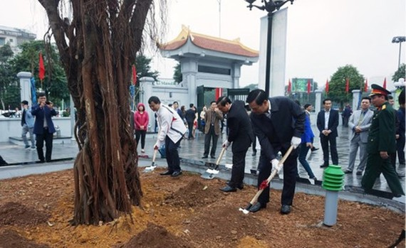 Cau Giay responds to the tree planting festival. (Photo: giaoducthoidai.vn)