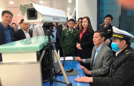 Leaders of Hai Phong check temperature machine in Cat Bi Airport (Photo: SGGP)