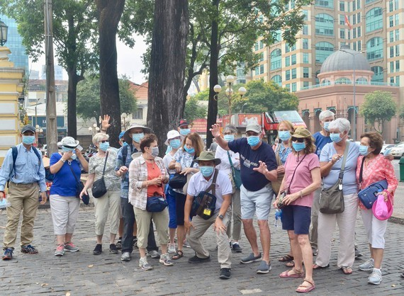 100,000 medical facemasks to be given gratis to tourists in HCMC ( Photo: SGGP)